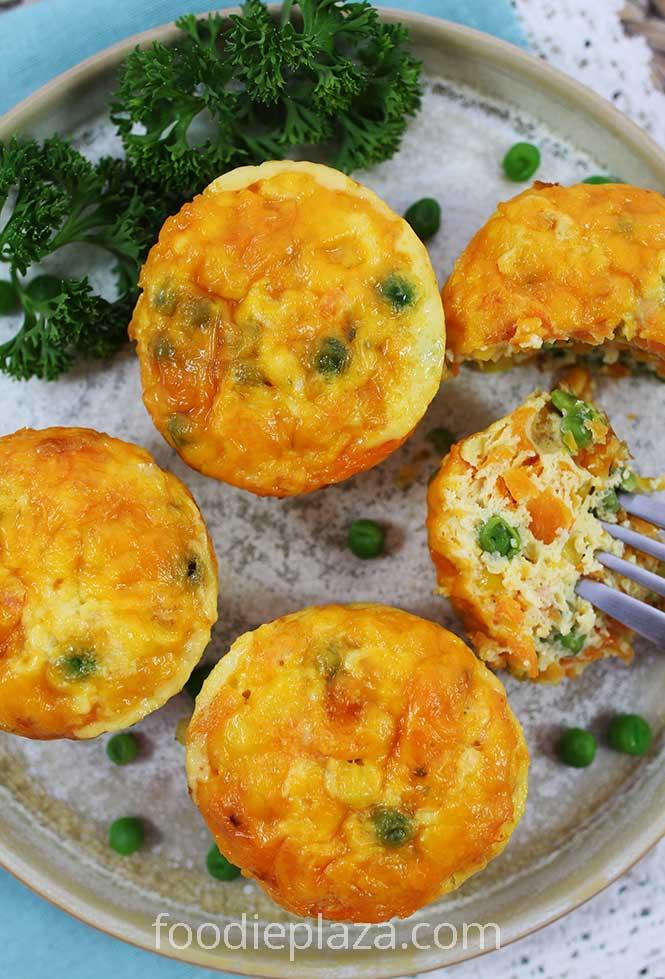 Яичные маффины с морковью, зеленым горошком, сладкой кукурузой и сыром