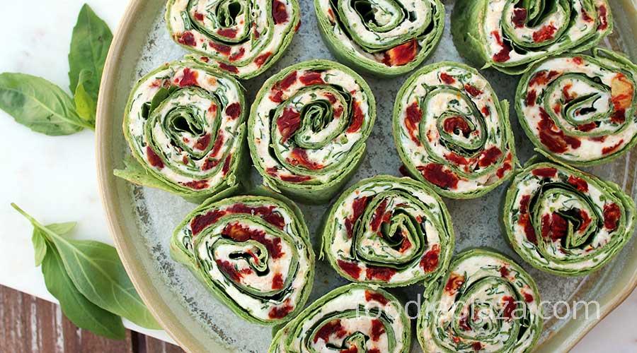 Рулеты из тортильи с вялеными помидорами, сыром, шпинатом и базиликом