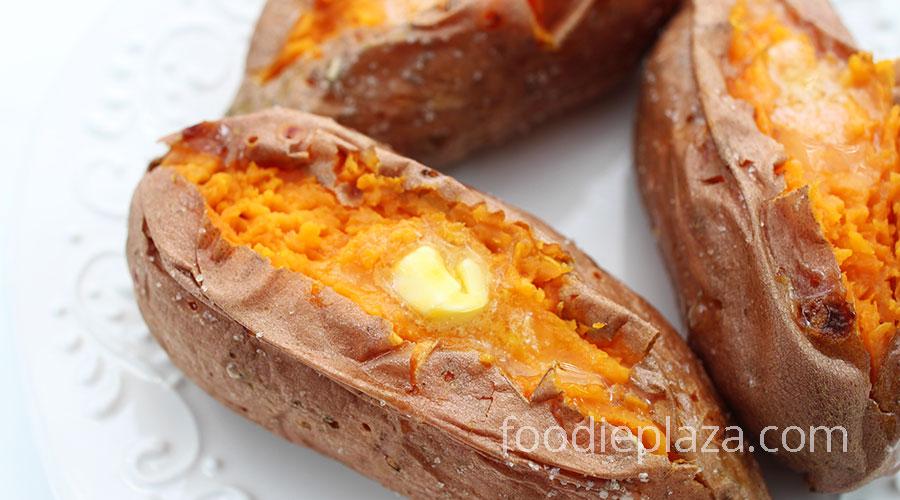 Запеченный целиком сладкий картофель