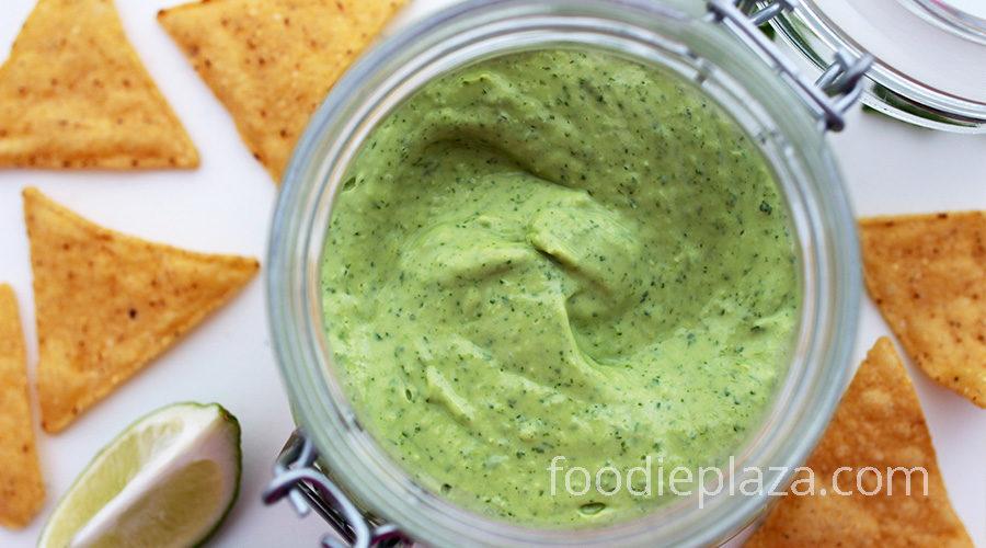 Соус из авокадо, кинзы и лайма за 10 минут