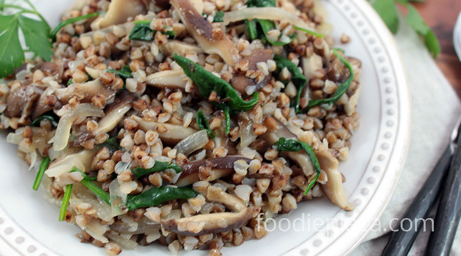 Гречневая каша с грибами, луком и шпинатом