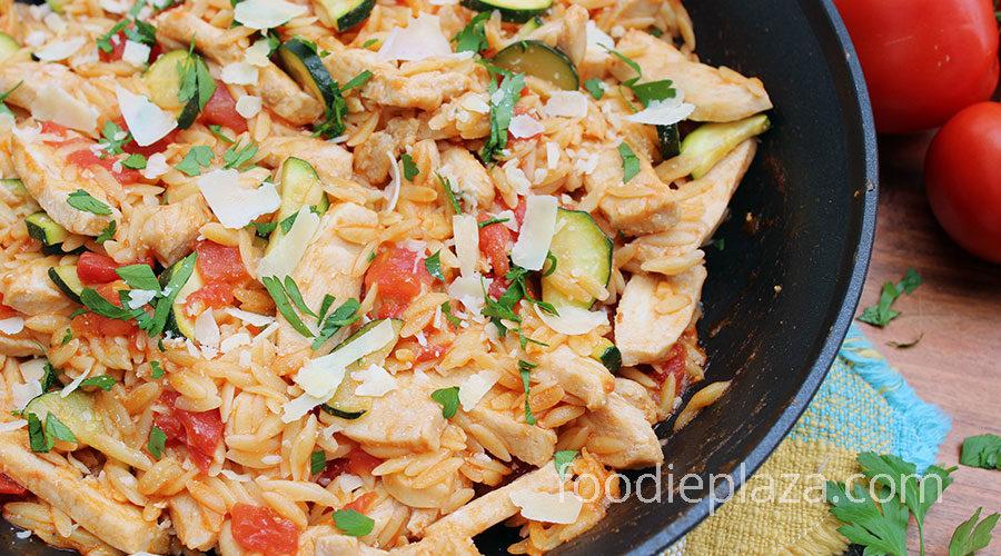 Паста орзо с курицей, помидорами и кабачками