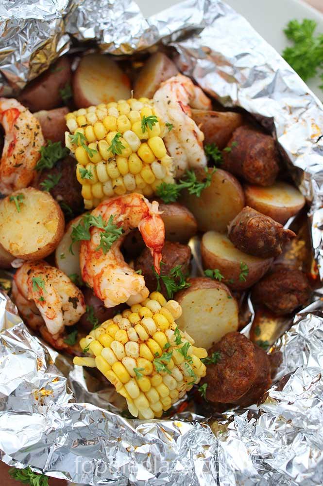 Креветки с картофелем, кукурузой и колбасками, запеченные в фольге по каджунски