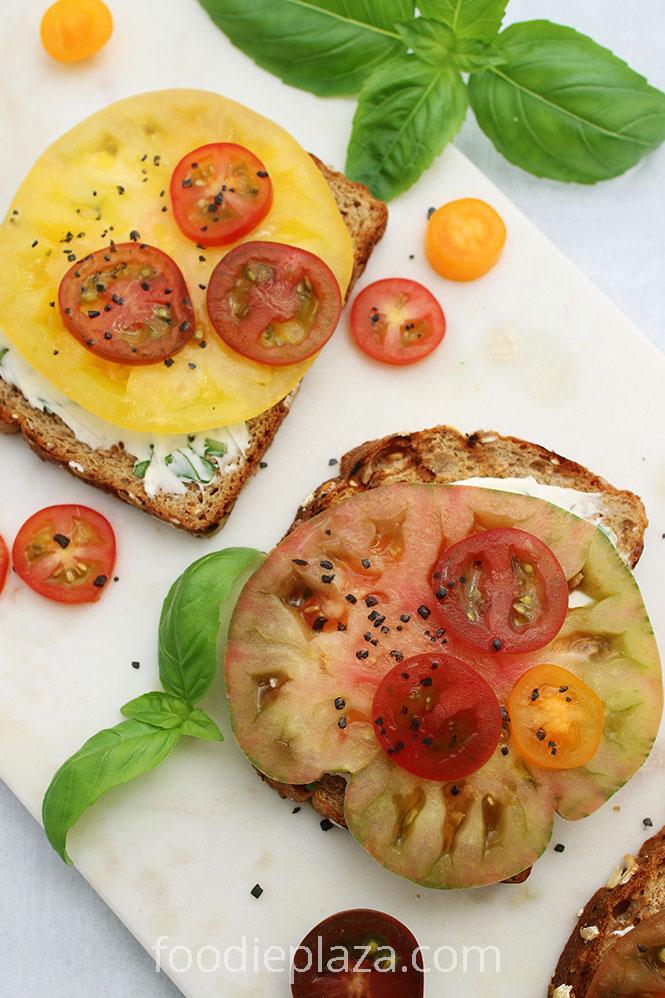 Тосты со сливочным сыром, помидорами и базиликом