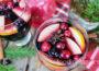 Праздничная сангрия с яблоком, апельсином, клюквой и специями