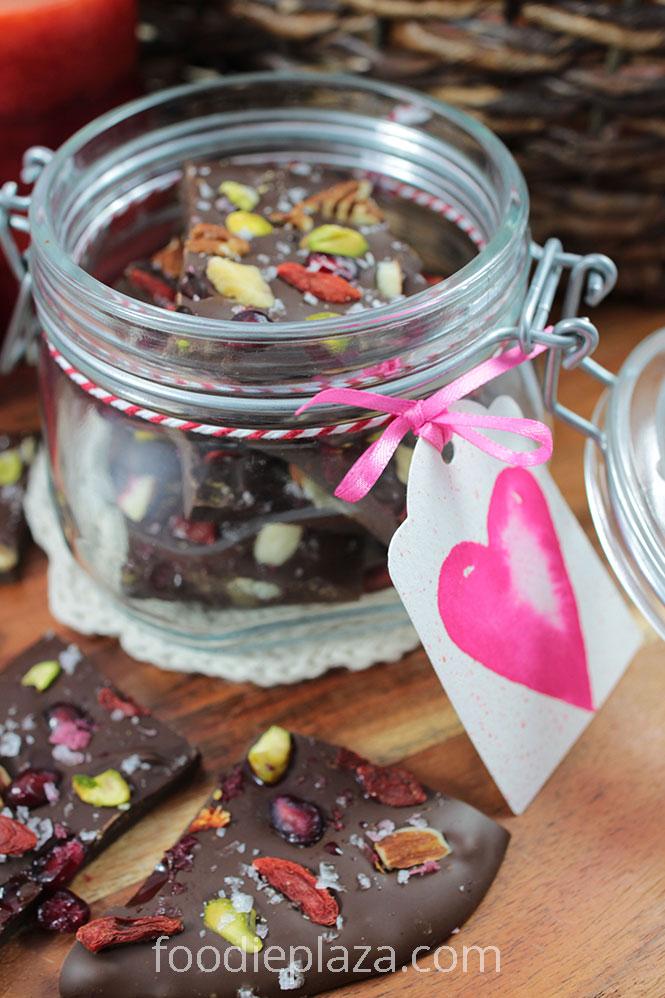 Домашние шоколадные плитки с орехами, гранатом и ягодами годжи