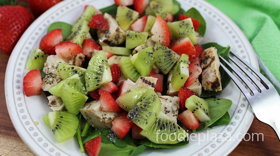 Салат с курицей, киви, клубникой и шпинатом