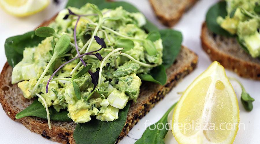 Сэндвичи с салатом из яиц и авокадо
