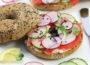 Бейглы с лососем, сливочным сыром и овощами