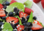 Салат из клубники, черники, латука и феты